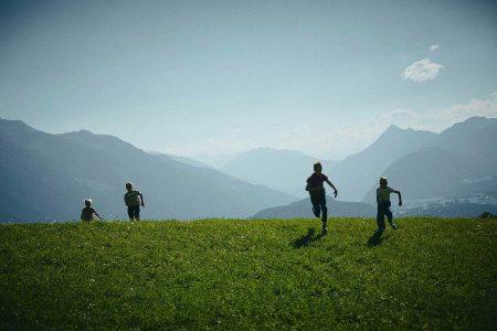 """Tirol Sommertourismus Neustart Die Tirol Werbung hat die Krise genutzt, um sich technisch neu aufzustellen. Hier ein Bild aus der aktuellen Sommerkampagne """"Kleine Abenteuer. Große Momente."""""""