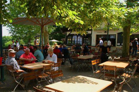 Förderung von Gastgärten Gastgärten werden wohl als erste wieder öffnen dürfen. Zehn Mio. Euro will die Regierung jetzt in deren Verschönerung/Erweiterung investieren.