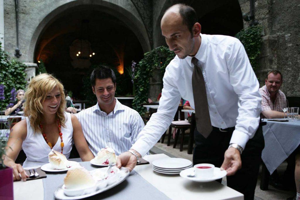 Öffnungsschritte ab 10. Juni Back to normal: Wenn nichts Unvorhergesehenes passiert, werden spätestens ab Juli Gastronomie und Hotellerie wieder ohne Einschränkungen funktionieren.