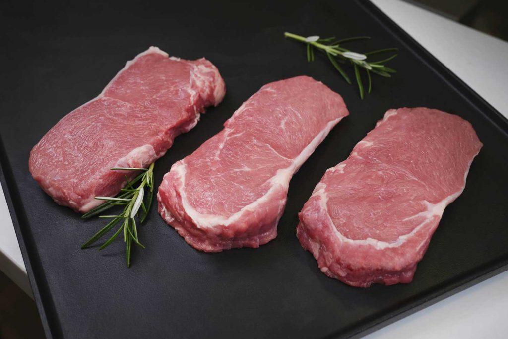 Weniger Tierleid für 30 Cent Die Farbe des Fleisches belegt die artgerechte Fütterung.