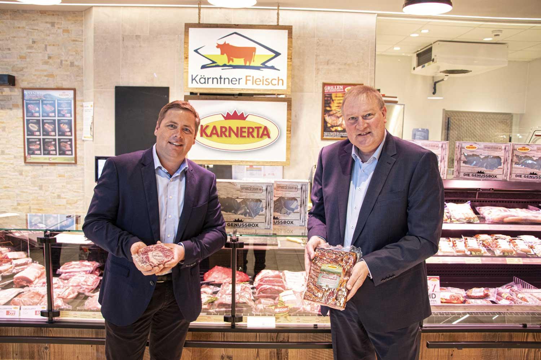 Kärntner Fleisch KARNERTA Josef Fradler, Obmann Genossenschaft Kärntner Fleisch und Franz Tremschnig, Geschäftsführer KARNERTA GmbH besiegeln die Kooperation.