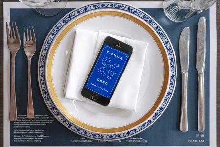 """Günstiger essen schlafen in Wien  Die """"Vienna City Card Experience Edition"""" ist ein ausschließlich digitales Zusatzfeature in der neuen kostenlosen City-Guide-App des WienTourismus namens """"ivie""""."""