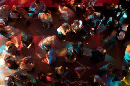 Ob speziell Discos, in denen viele Leute auf engem Raum tanzen, ab Anfang Juli auch wieder aufsperren dürfen, ist noch nicht fix. Die Vorzeichen stehen aber jedenfalls gut.