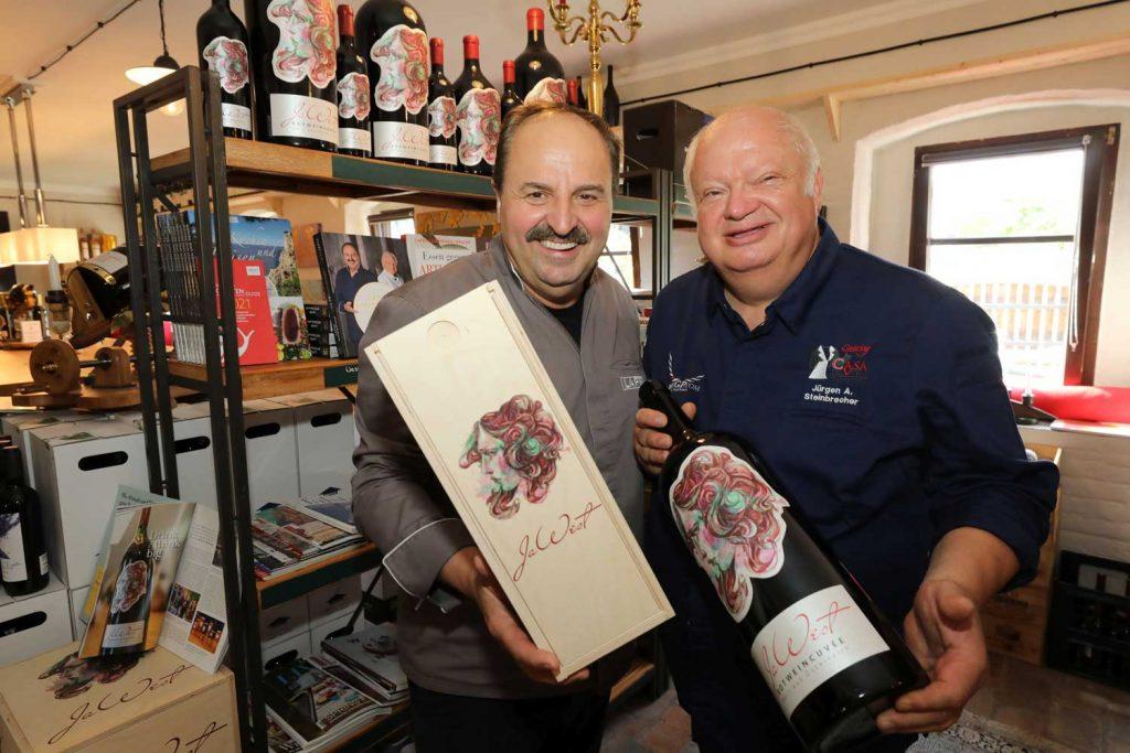 Weinbar Ternitz Johann Lafer Jürgen Steinbrecher (r.) mit Ehrengast Johann Lafer bei der Eröffnung der Casa del Vino.