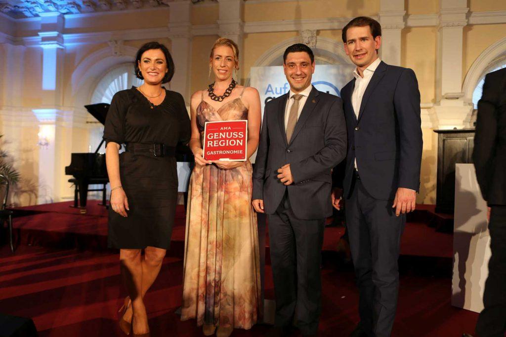 Trabitsch Catering AMA Thomas Zizek (2. v. r.) und Iris Trabitsch-Bader (2. v. l.) bekam die AMA-Urkunde im Beisein von Tourismusministerin Elisabeth Köstuinger und Bundeskanzler Sebastian Kurz überreicht.